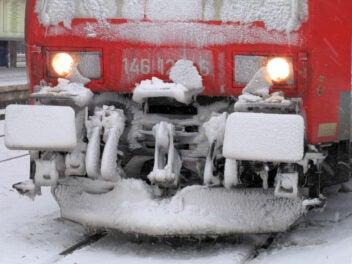E-Lok der Deutschen Bahn mit Eis und Schnee bedeckt