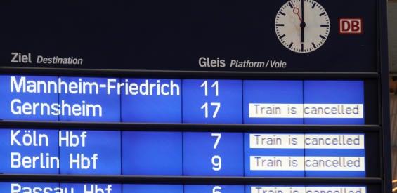 Anzeigetafel in einem Bahnhof, Züge fallen aus