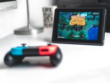 Nintendo Switch Kontroller vor Switch Konsole mit Animal Crossing als Startbildschirm