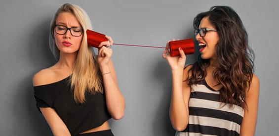 Zwei Frauen telefonieren via BILDconnect