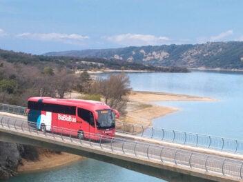 BlaBlaBus auf Brücke in Frankreich