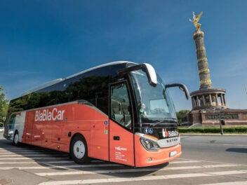 BlaBlaCar Bus in Berlin vor Siegessäule stehend.