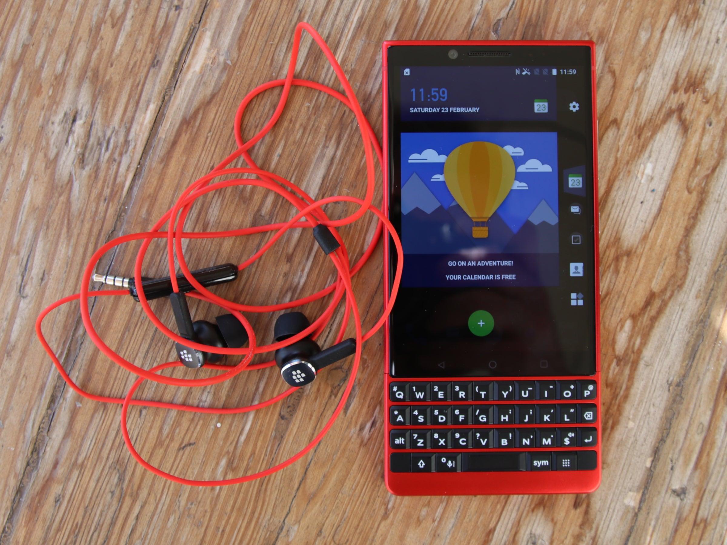 Blackberry Key2 in Rot auf einem Holztisch