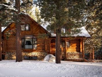 Ein Blockhaus im verschneiten Wald