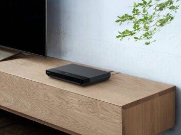 Sony UBP-X700 steht auf einem TV-Board.