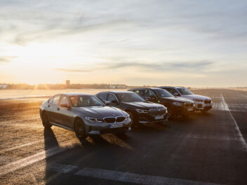 BMW Autos im Abendlicht