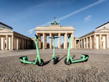 Drei E-Scooter von Bolt stehen in Berlin vor dem Brandenburger Tor.