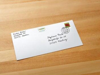 Ein Briefumschlag mit einer Briefmarke