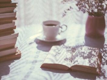 Buch auf einem Tisch