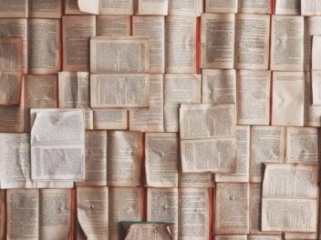 Offene Bücher auf einem Haufen