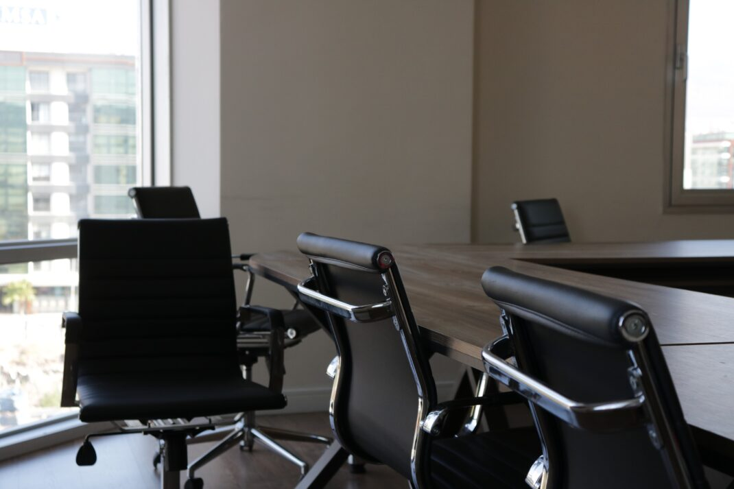 Bürostühle an einem Tisch