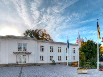 Aufgang des Hauptgebäudes des Bundeskartellamts in Bonn