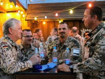 Generalinspekteur im Gespräch mit Soldaten im Camp.