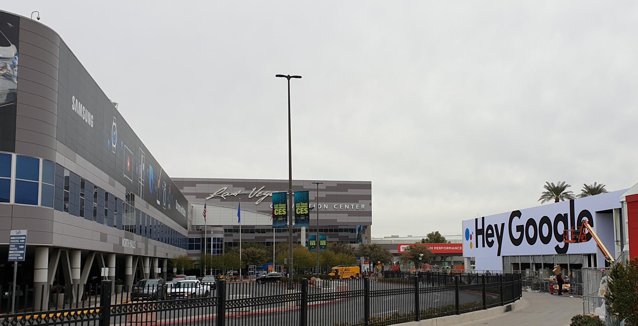 CES-Messegelände in LAs VEgas mit Samsung- und Google-Werbung.