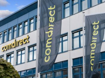 Das Gebäude der comdirect-Bank mit Logo-Fahnen im Vordergrund