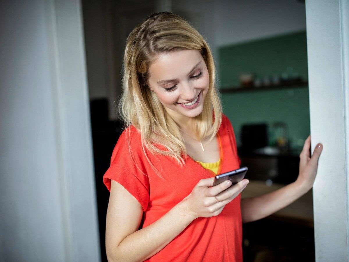 Eien Frau mit dem Handy in der Hand