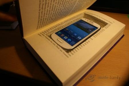 Das Smartphone wird in das Buch reingelegt...