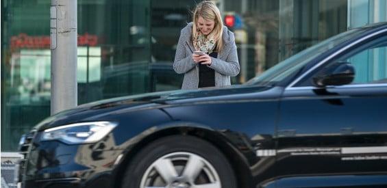 Smartphones und Handys lenken immer mehr Fußgänger im Straßenverkehr ab