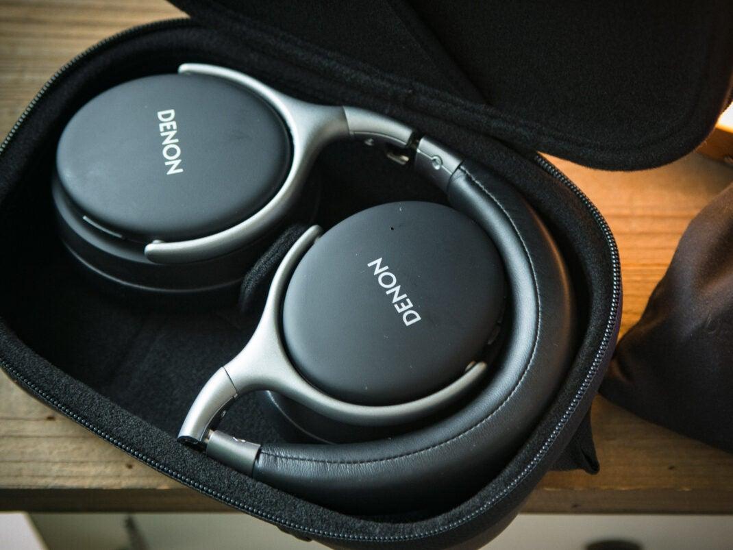 Dank stabilem Case und des Klappmechanismus lassen sich die Kopfhörer gut und sicher transportieren.