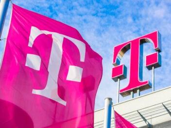 Deutsche Telekom Fahne und Telekom-T auf Konzernzentrale