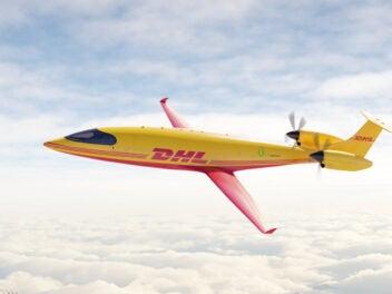 Der DHL E-Frachtflieger Alice in Gelb-Rot vor Wolkenhimmel
