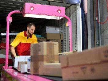 Arbeit im DHL Paketzentrum