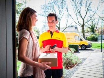 DHL-Zusteller mit Paket