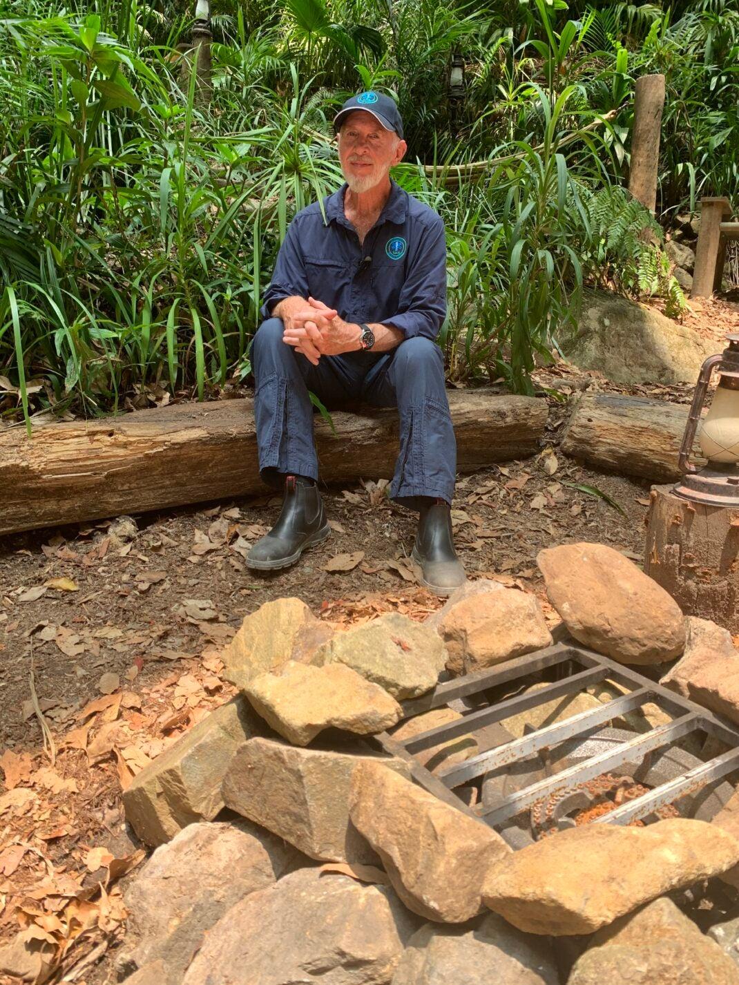 Dschungelarzt Dr. Bob an der Feuerstelle, die 2020 aus einem Gaskocher besteht