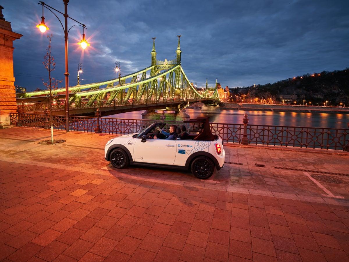 DriveNow Auto vor Freiheitsbrücke