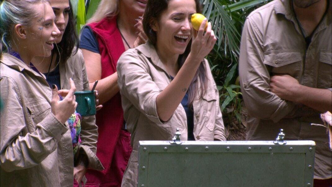 Tag 5 im Dschungelcamp. Die Kandidaten freuen sich über eine Zitrone