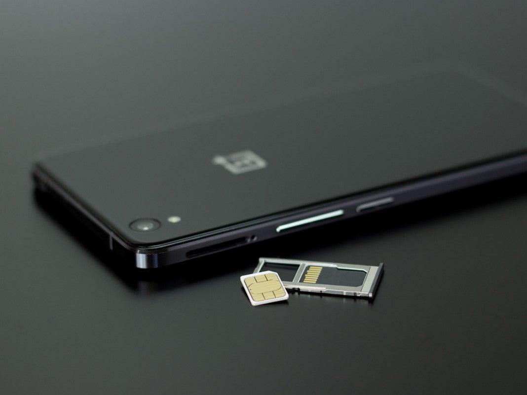 Smartphone mit geöffnetem Karten-Slot