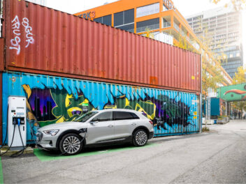 Audi e-tron 55 quattro an einer Ladestation