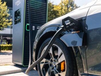 E-Auto lädt an Schnellladesäule von Audi.