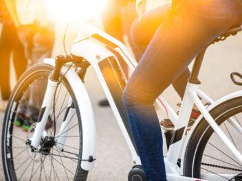 E-Bike bei Sonnenuntergang ind er Stadt