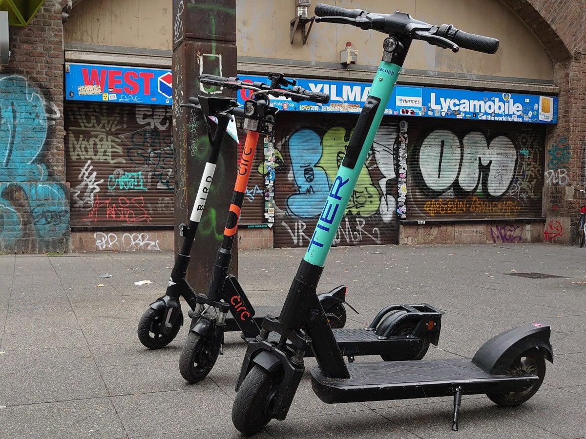 E-Scooter von Bird, Circ und Tier vor einer bunten Wand in Köln