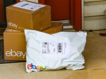ebay-Pakete an einem Hauseingang