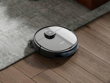 Ecovacs Deebot Ozmo 920 Saugroboter fährt über einen Teppich