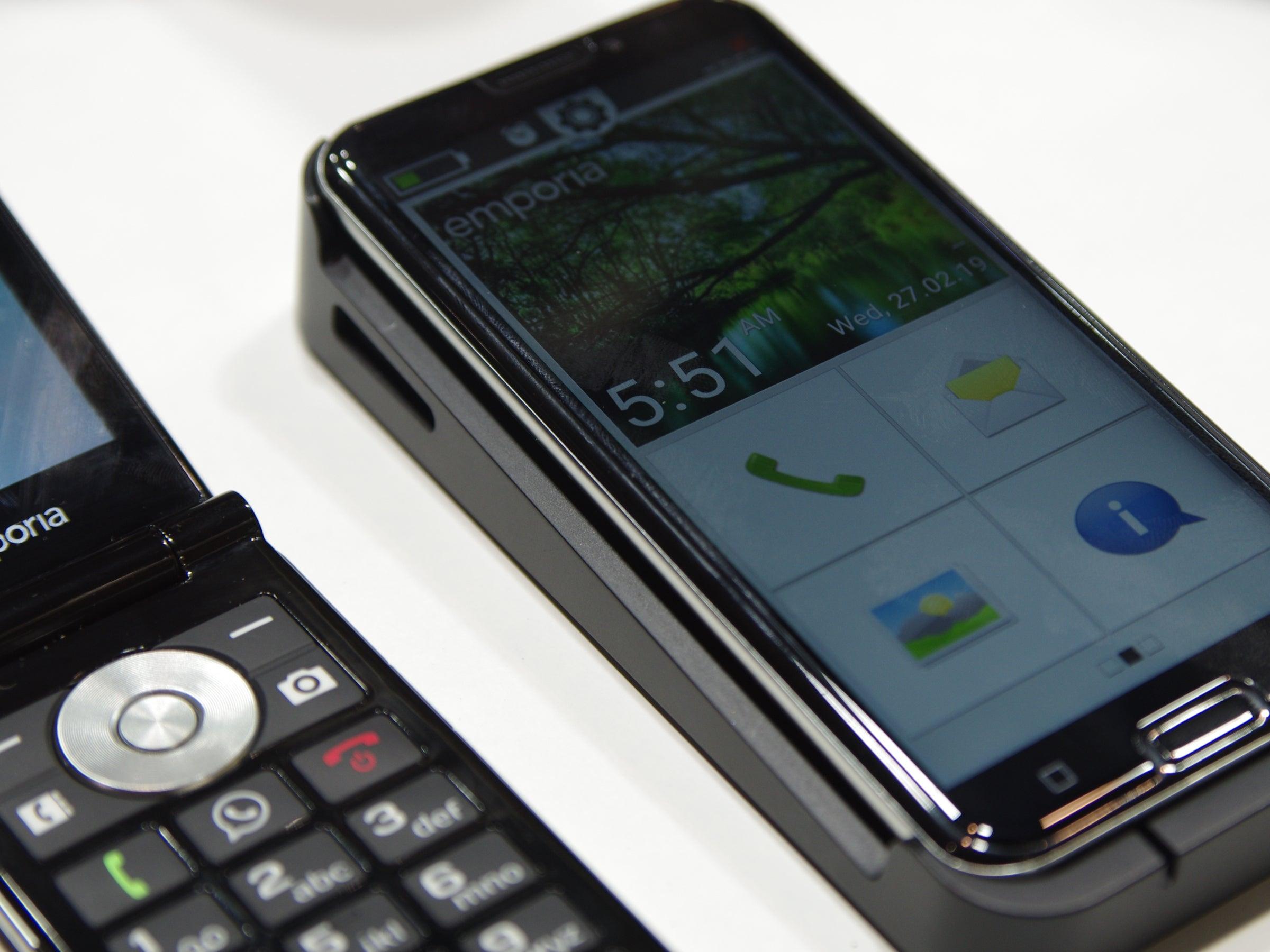 Klappsmartphone und Smartphone nebeneinander