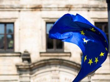 Die europäische Flagge im Wind vor einem historischen Gebäude