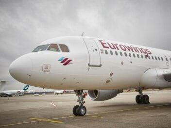 Eine A320 von Eurowings steht auf einem Flughafen-Vorfeld