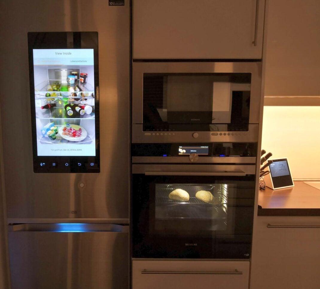 Ein smarter Samsung-Kühlschrank mit eingebautem Display und ein smarter Backofen von Siemens