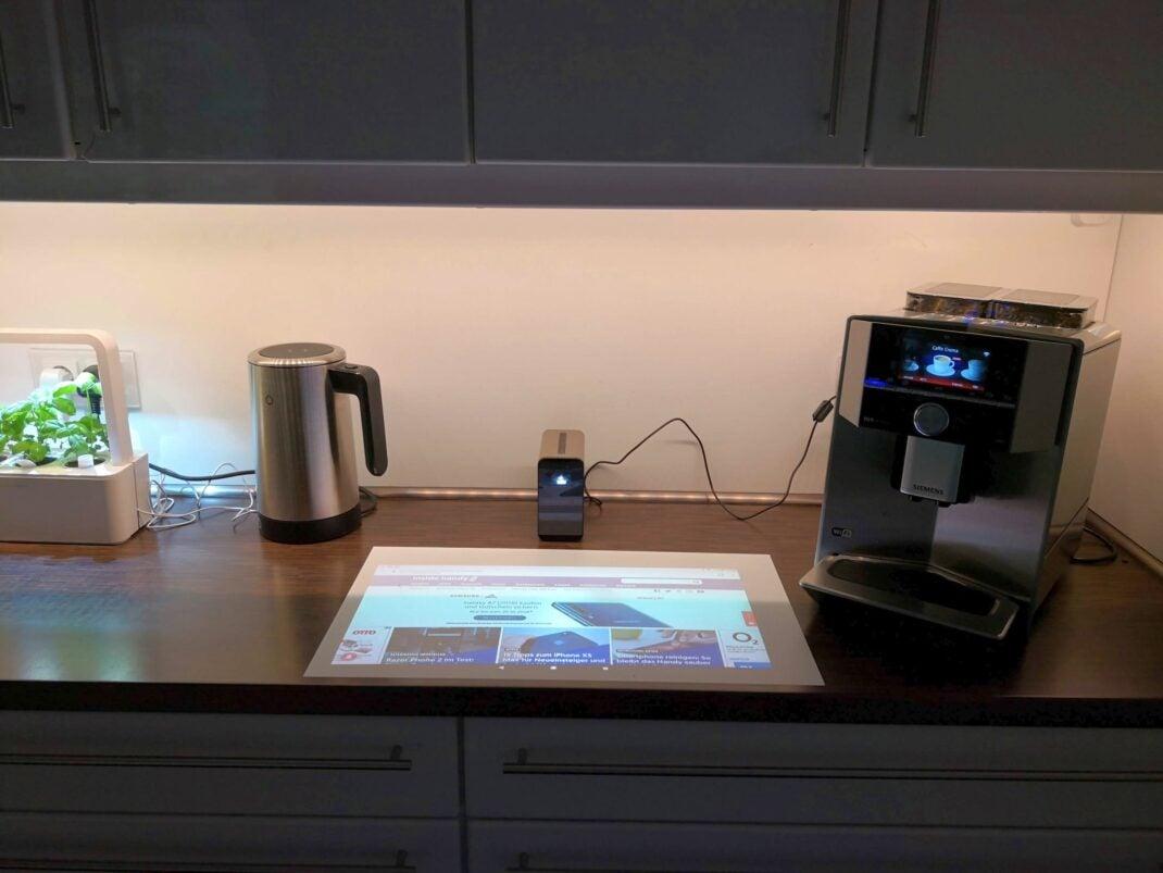 Der Sony Xperia Toucht steht auf der Küchen-Anrichte zwischen smartem Wasserkocher und smarter Kaffeemaschine