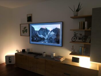 Eine HiFi-Ecke im smarten Zuhause 18 der EWE AG mit UHD-Fernseher und smarter Beleuchtung.