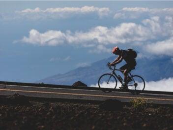 Fahrradfahrer am Berg