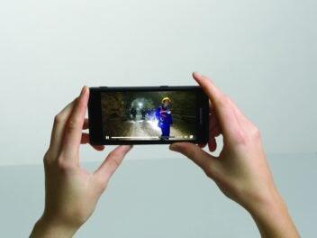 Das Fairphone 2 wird in der Hand gehalten