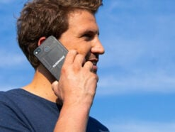 Mann telefoniert mit Fairphone 3