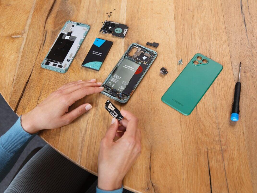 Das Fairphone 4 in seine Einzelteile zerlegt