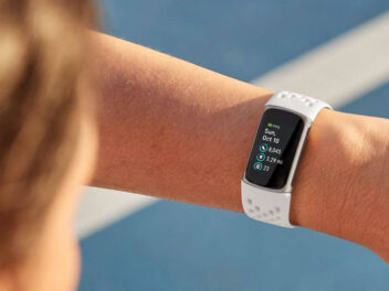 Frau schaut auf das Display des neuen Fitbit Charge 5.