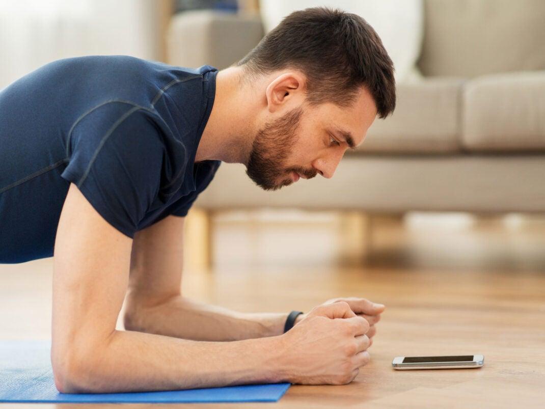Mann macht Sport mit einer Fitness-App