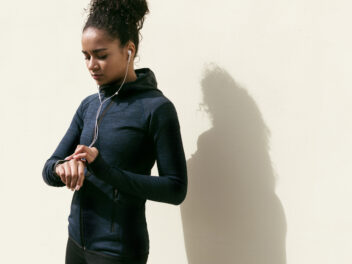 Frau macht Sport mit einem Fitness-Tracker